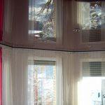 Spanndecke mit integrierten Lampen, gespiegelt von Vorhängen die sich an den Fenster erstrecken